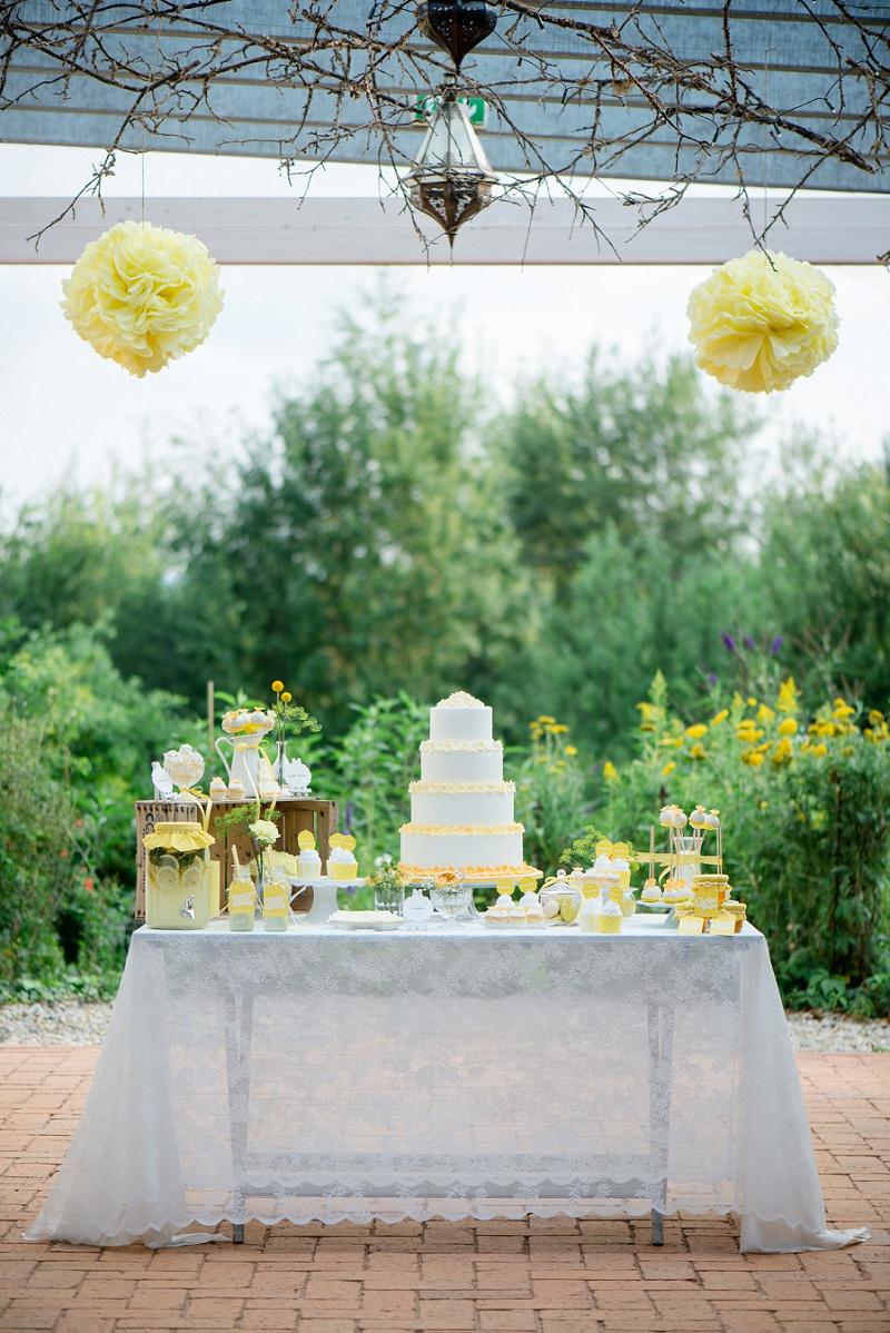 Kuchenbüffet Hochzeit gelb