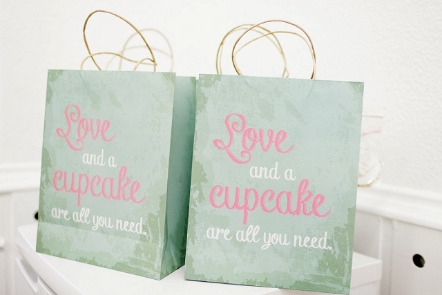 Tüte Love and a cupcake are all you need