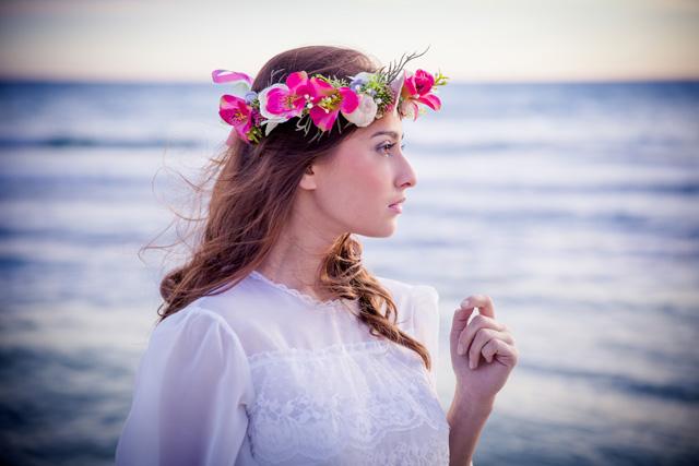 Heiraten auf Mallorca mit Blumenkranz und Meer von Pretty Weddings