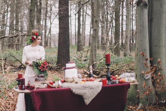 Stilvolle Wald Hochzeit in herbstlichem Rot von Jane Weber