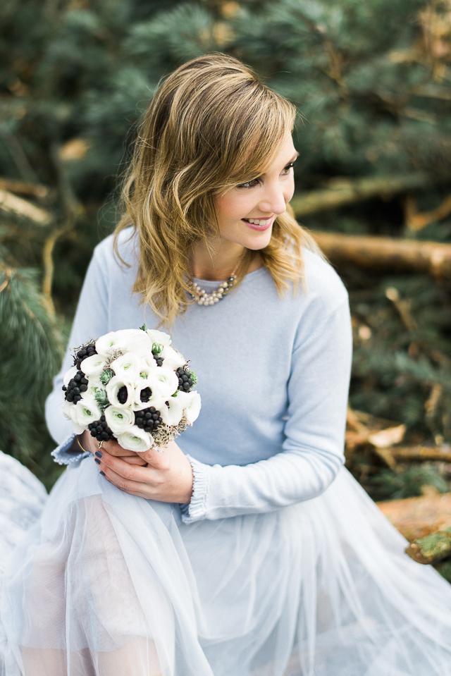 Winterhochzeit brautkleid  Winterhochzeit im Wald in Serenity und Gold von Weddingpilots ...