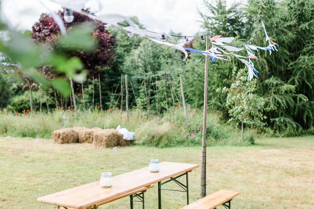 Gartenhochzeit rot blau