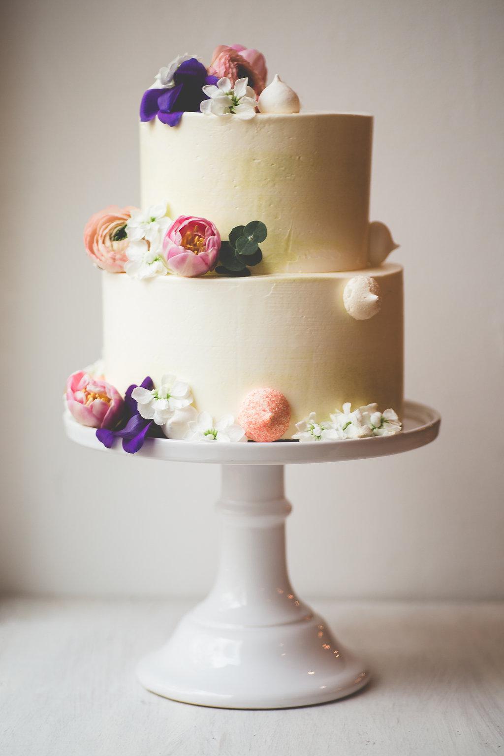 Hochzeitstorte lila weiß