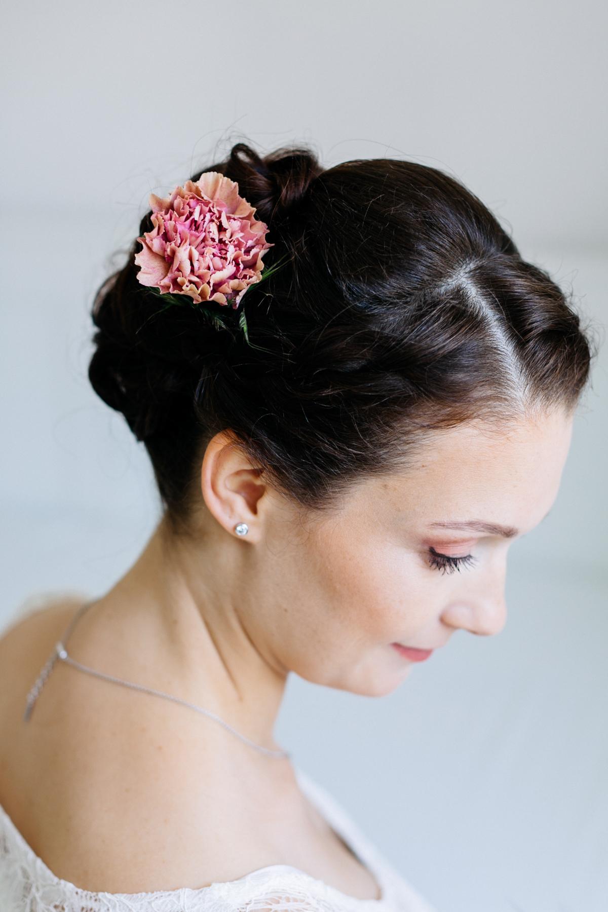 Brautfrisur Blüte im Haar