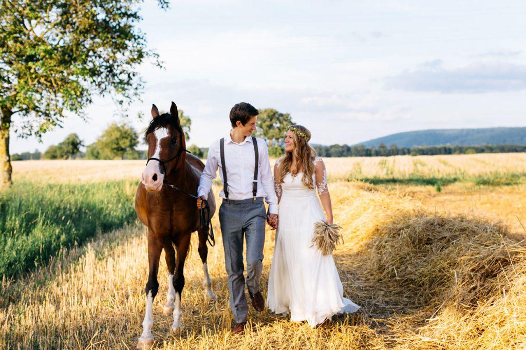 After Wedding Shooting mit Pferd und Boho Flair