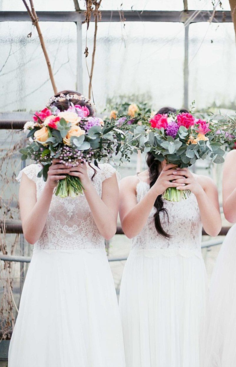Brautoutfits für Hochzeit im Gewächshaus
