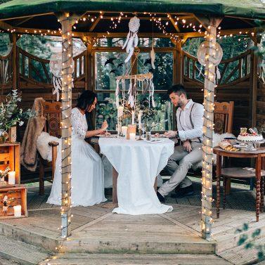 Lässige Boho Hochzeit mit Lichtern