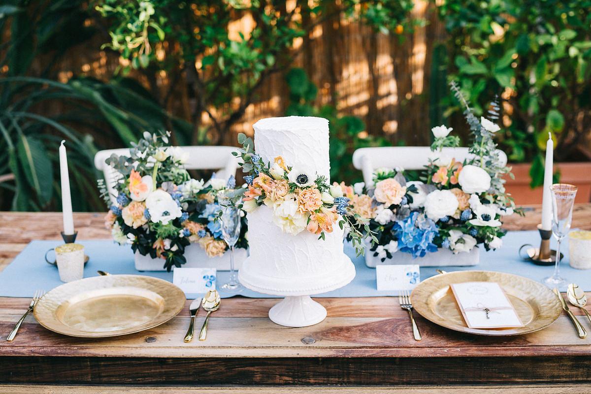 Tischdekoration und Hochzeitstorte blau weiß Vintage Alte Gärtnerei