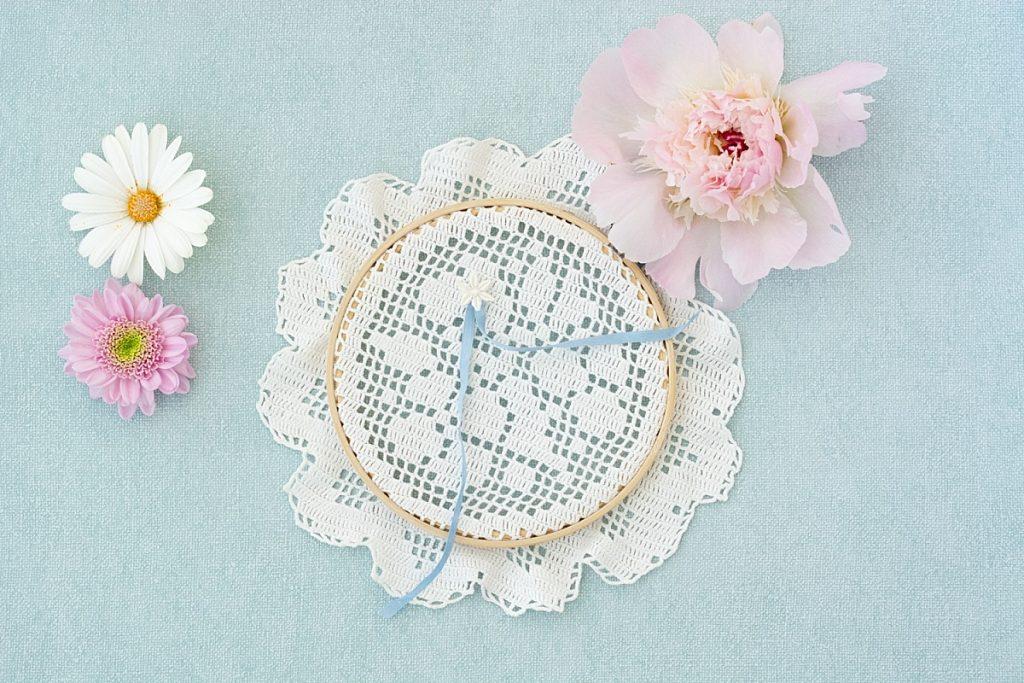 Handgemachte Ringkissen im Stickrahmen im Vintage und Boho Stil von Brautkraut für TLWC