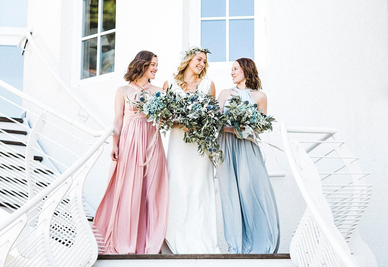 Strandhochzeit Brautstrauß und Kleider für Brautjungfern