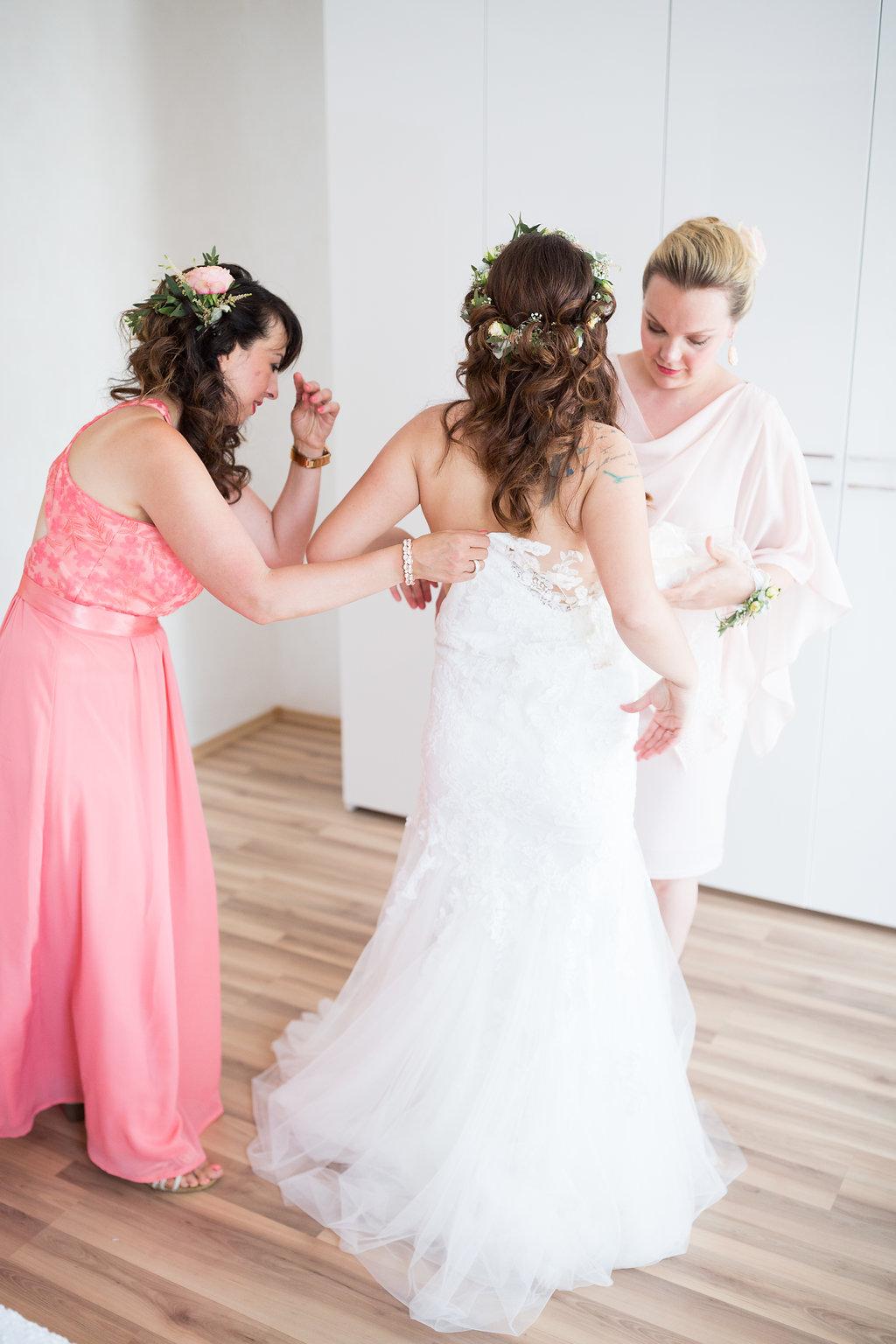 Brautjungfern helfen beim Getting Ready