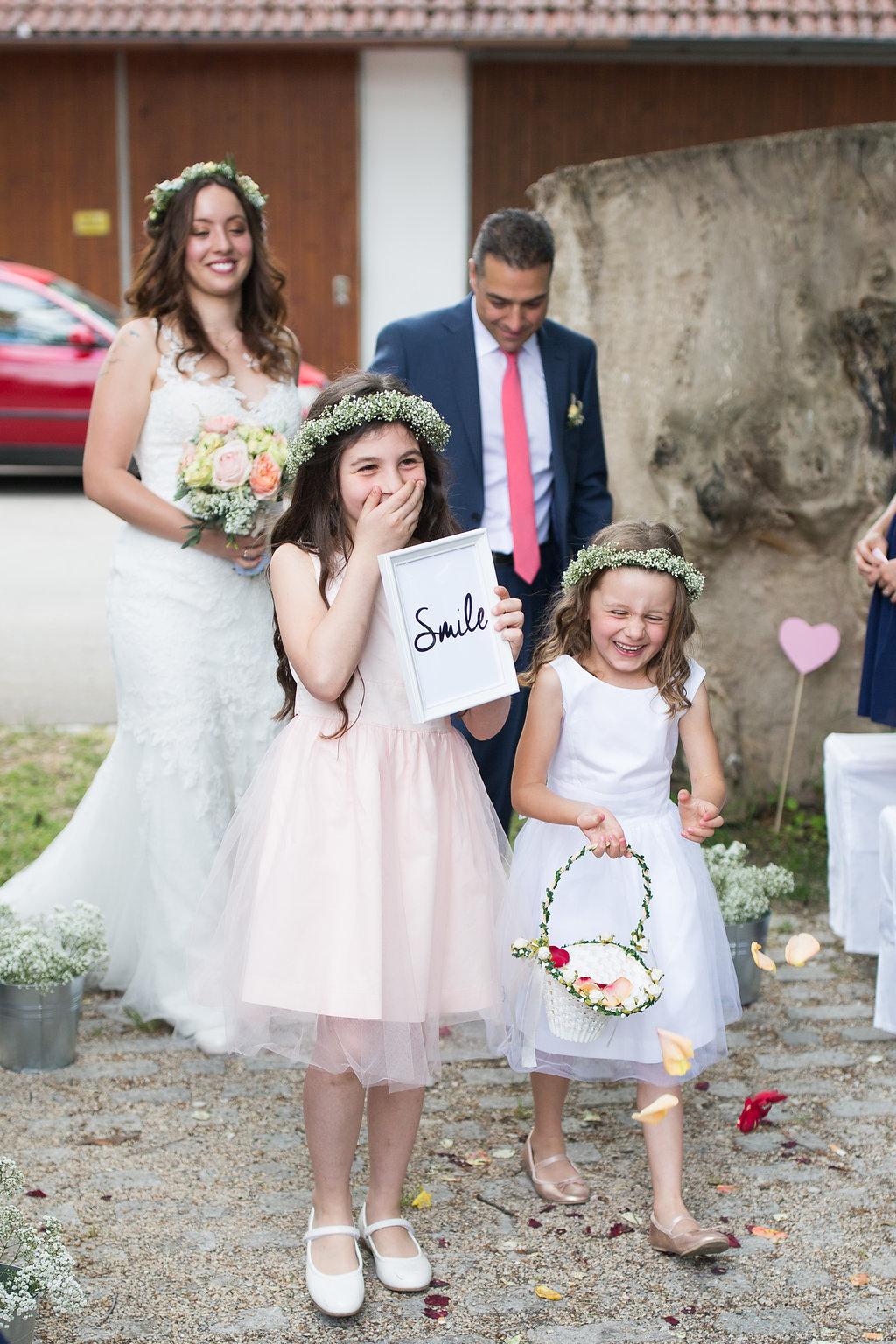 Braut Einzug Blumenkinder und Schild