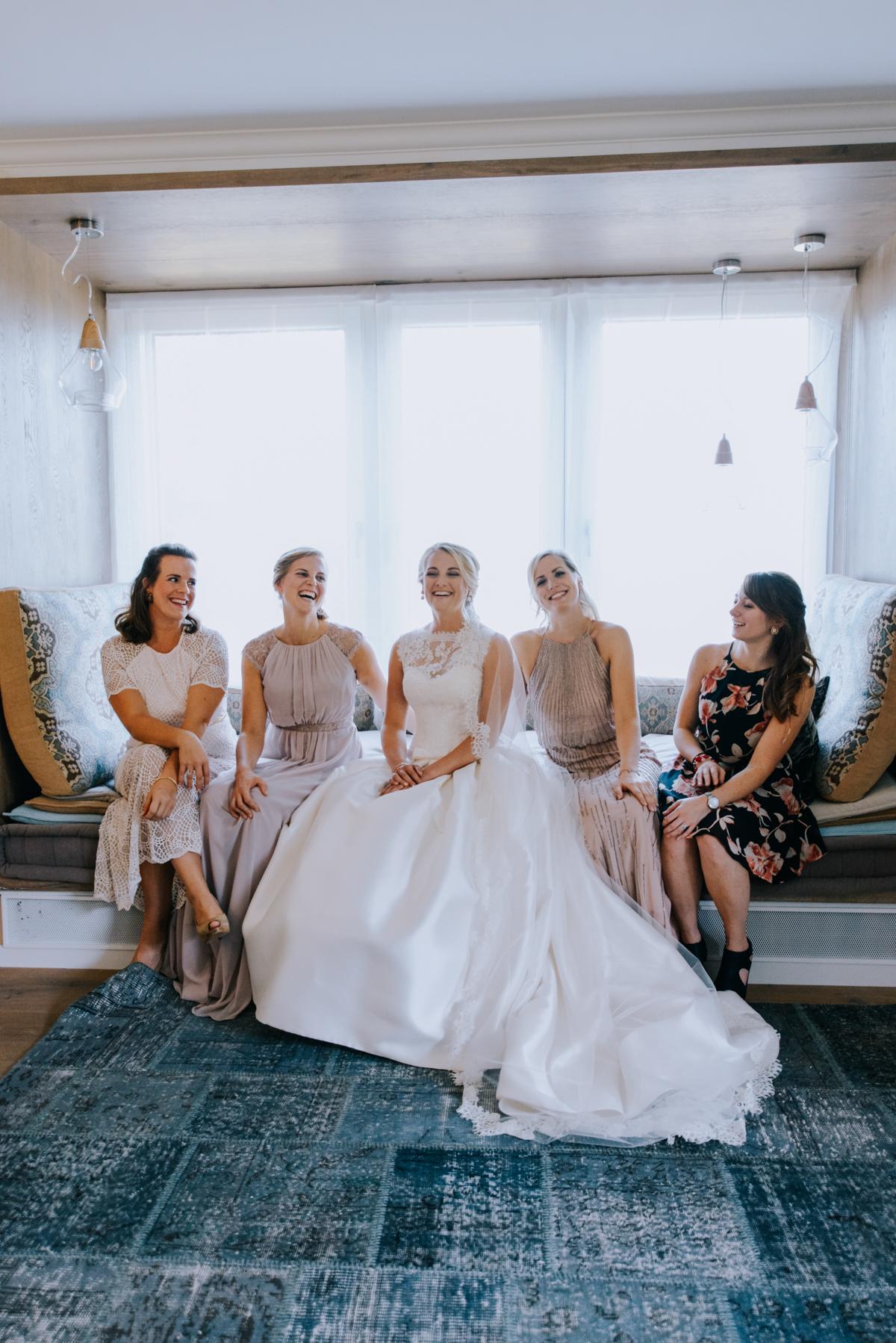 Gruppenbild Braut mit Trauzeugin und Brautjungfern