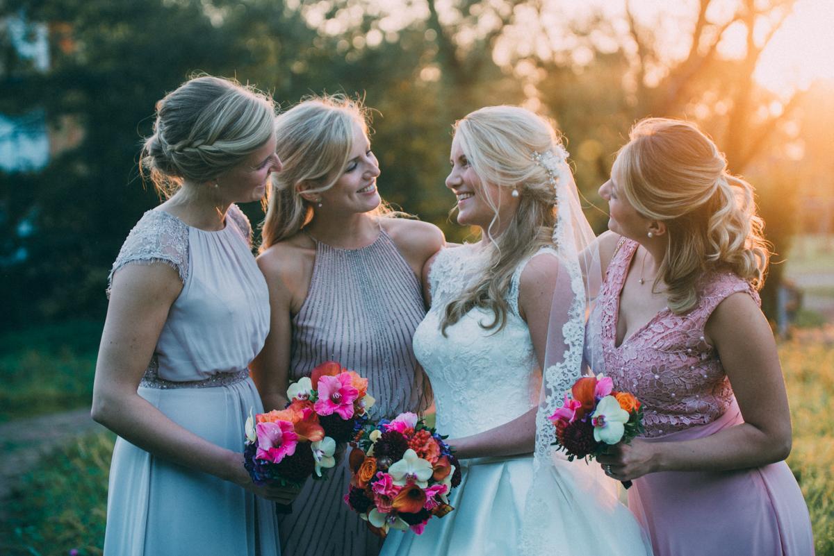 Gruppenbild mit Bridesmaids und Trauzeuginnen