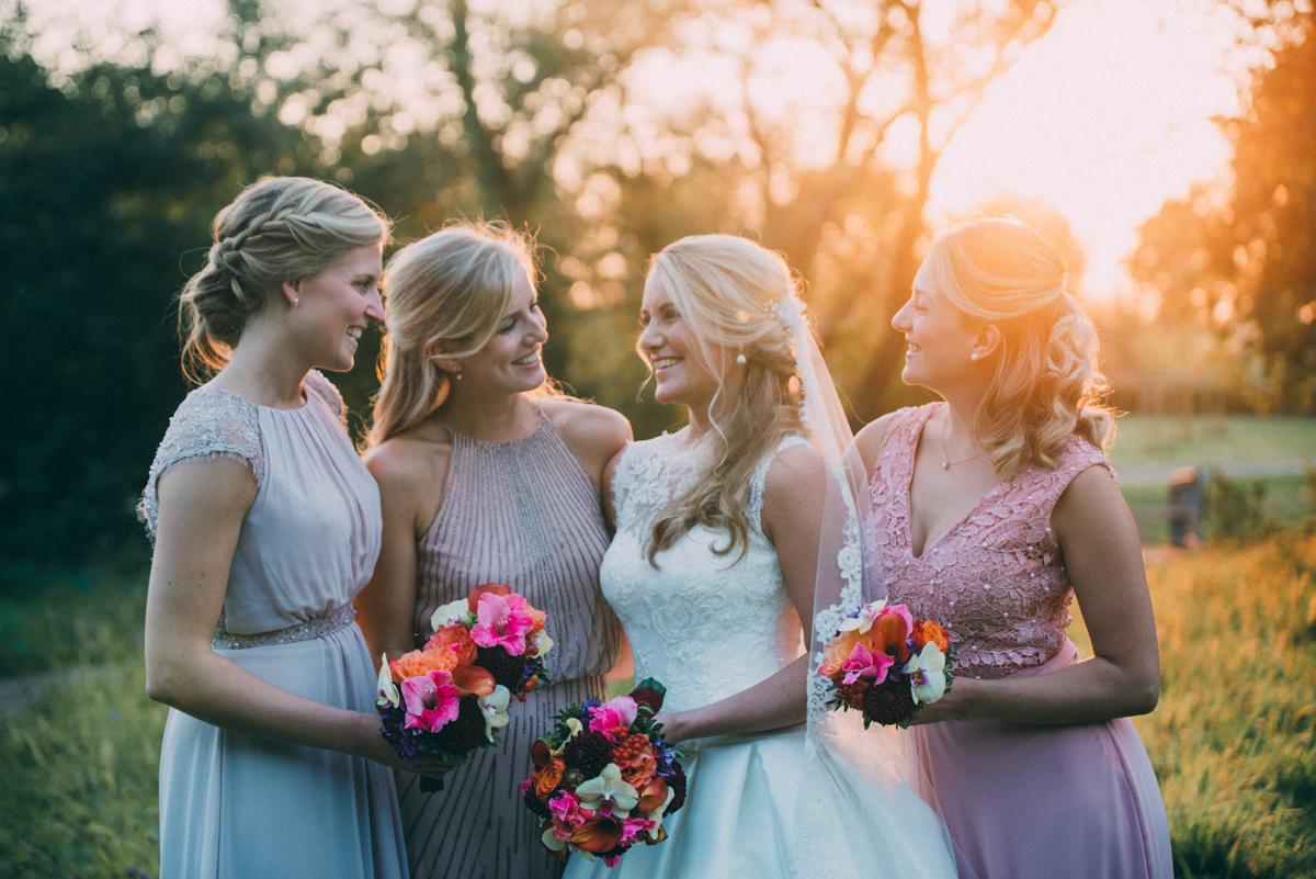 Braut mit Brautjungfern und Trauzeugin Gruppenbild