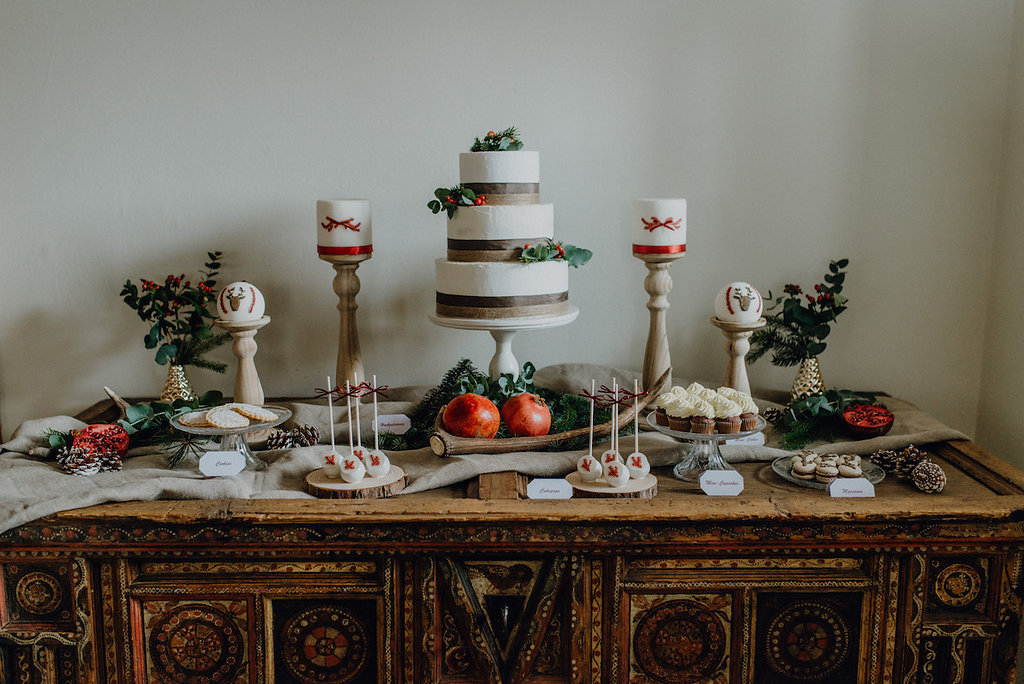 Hochzeitstorte Winter, Hochzeitstorte und Sweet Table für Winterhochzeit in rot und grün