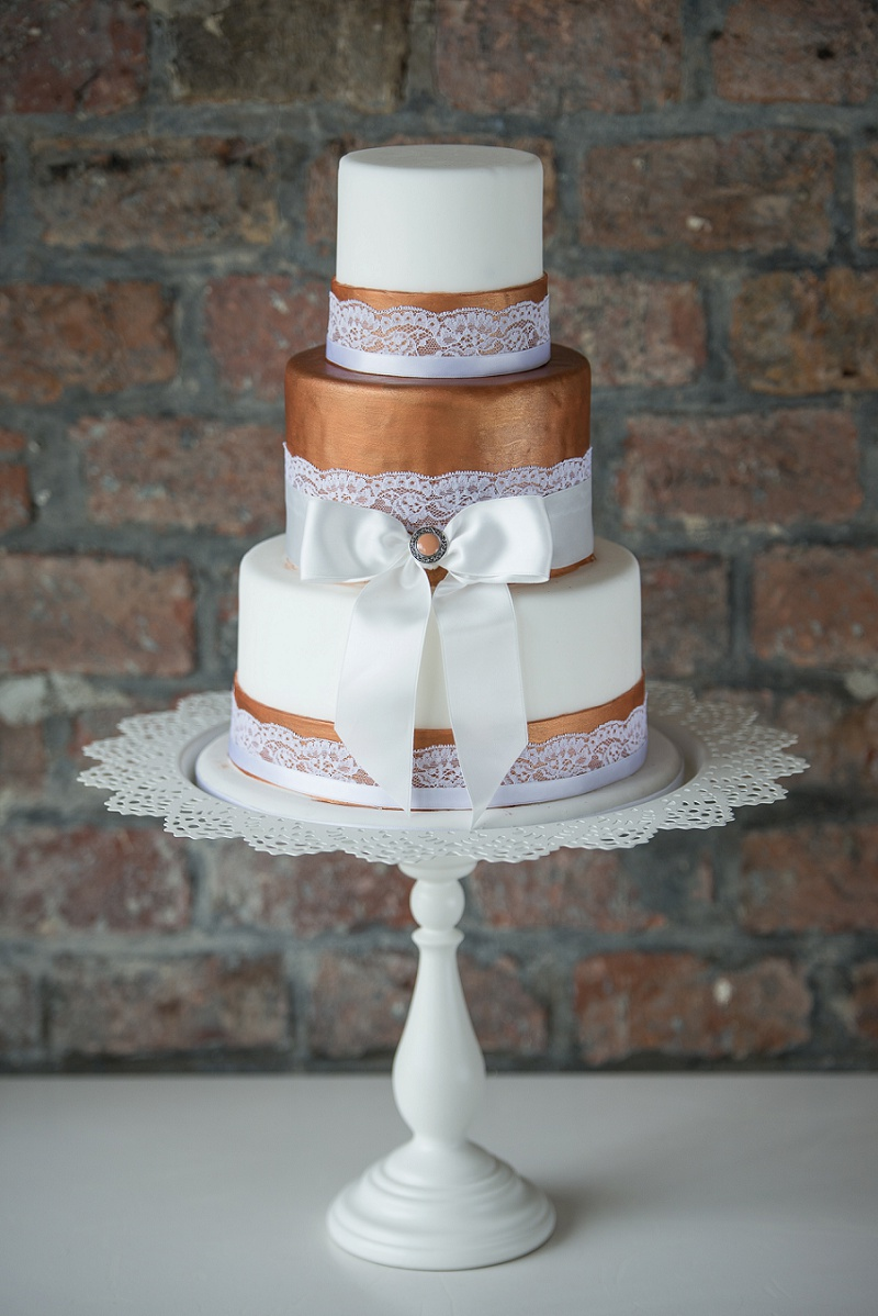 Hochzeitstorte bronze und weiß mit Spitze