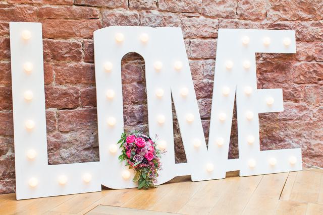 Love Schild Glühbirnen Hochzeit