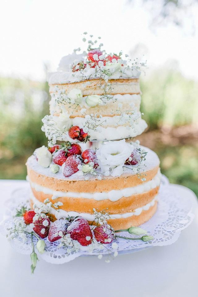 Hochzeitstorte Naked Cake Schleierkraut Erdbeeren