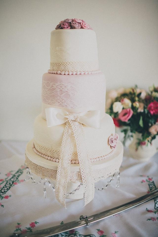 Hochzeitstorte pastellfarben Spitze
