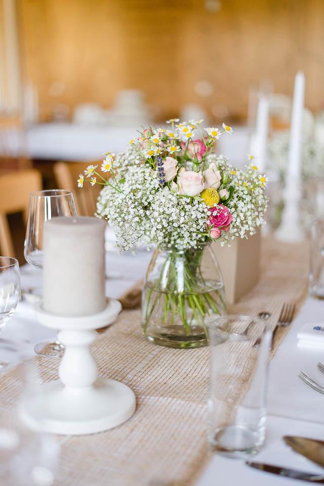 Tischdekoration Hochzeit rosa gelb Schleierkraut Kamille