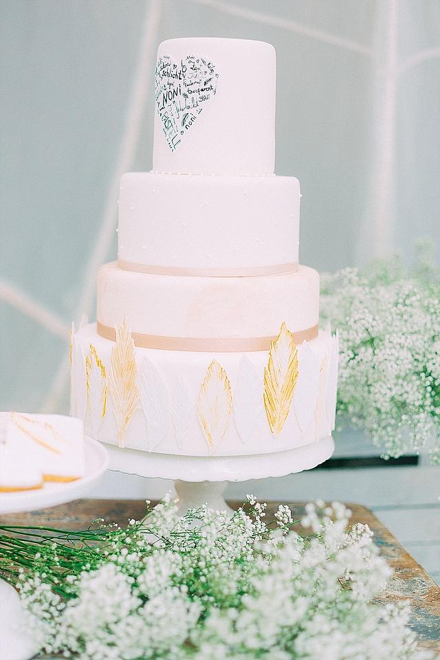 Hochzeitstorte Boho weiß Federn