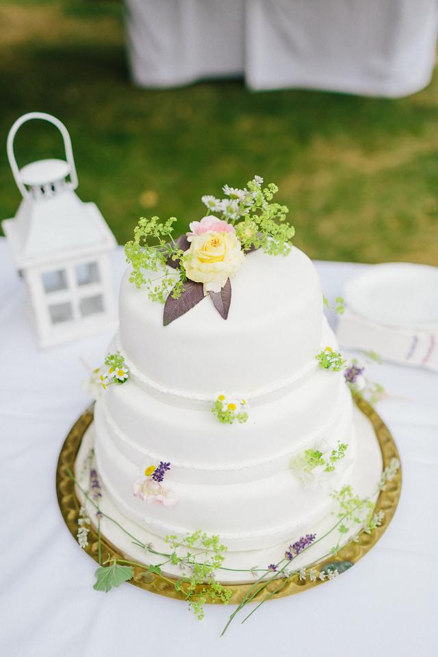 Hochzeitstorte weiß Wiesenblumen