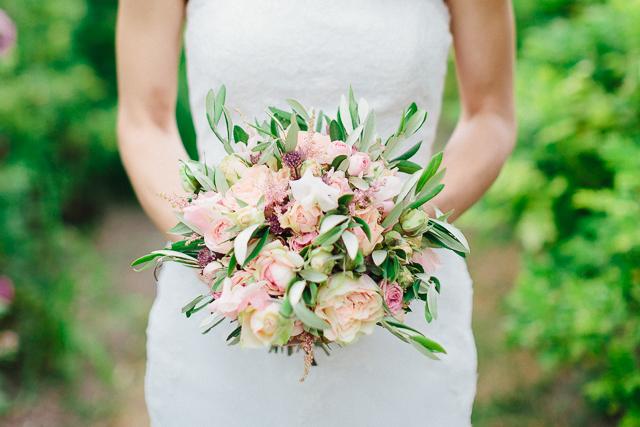 Brautstrauß Olivenzweige Rosen