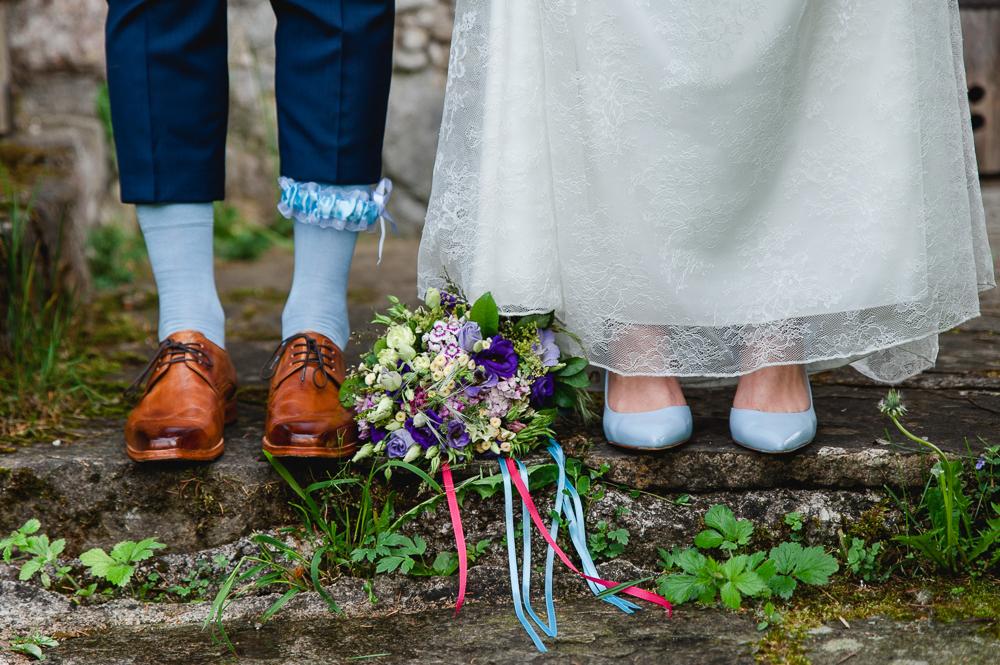 """""""Reise ins Glück"""" – Berührende Hochzeit mit Roller in blau und lila von Rosa fotografiert"""