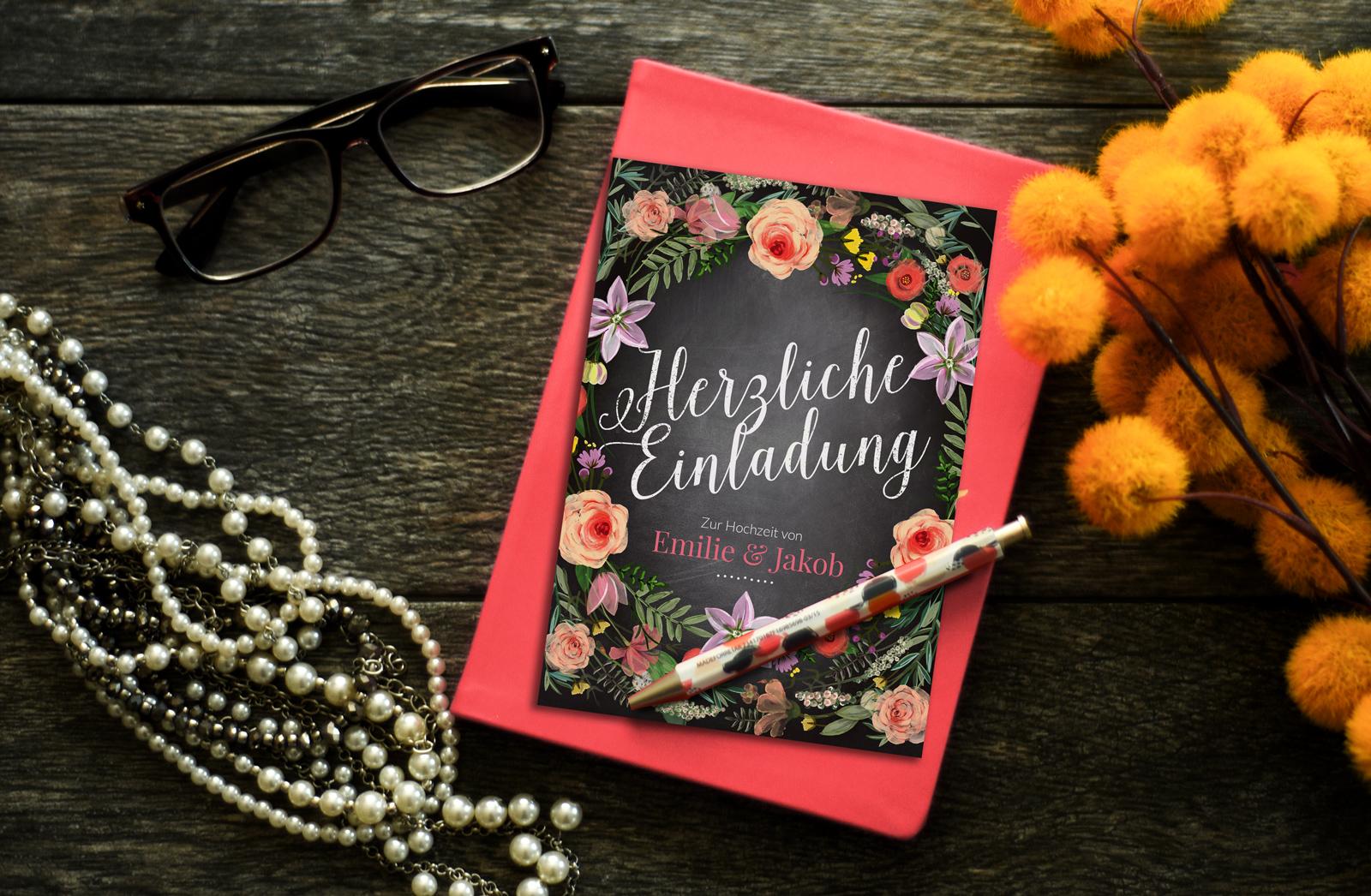 7-Flora-Einladung-Hochzeitskartendesign-EInladung-Hochzeit-Blumen-Kranz-Tafel-Kreide-Einladung