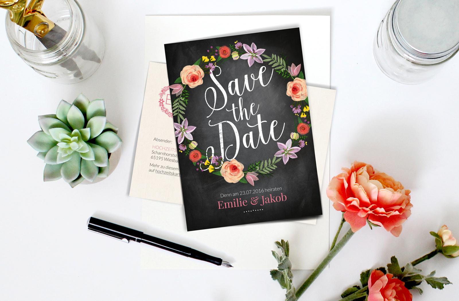 7-Flora-Hochzeitskartendesign-EInladung-Hochzeit-Blumen-Kranz-Tafel-Kreide-Save-the-Date-crop