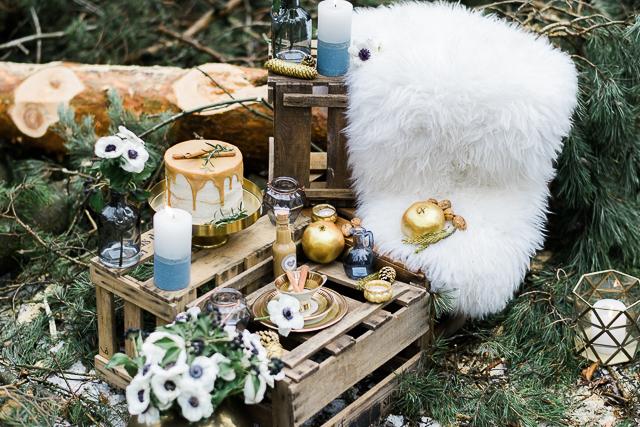 Winterhochzeit im Wald in Serenity und Gold von Weddingpilots