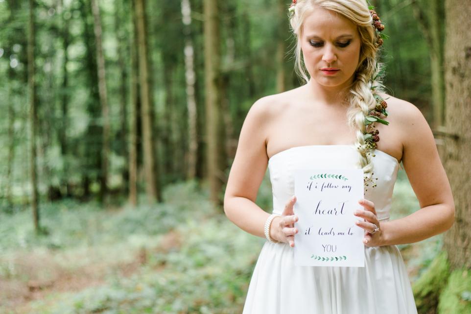 Brautfrisur Zopf mit Blumenschmuck