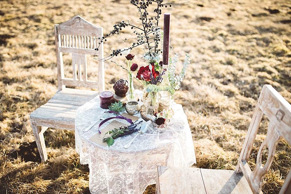 Tischdekoration Boho Hochzeit rot lila