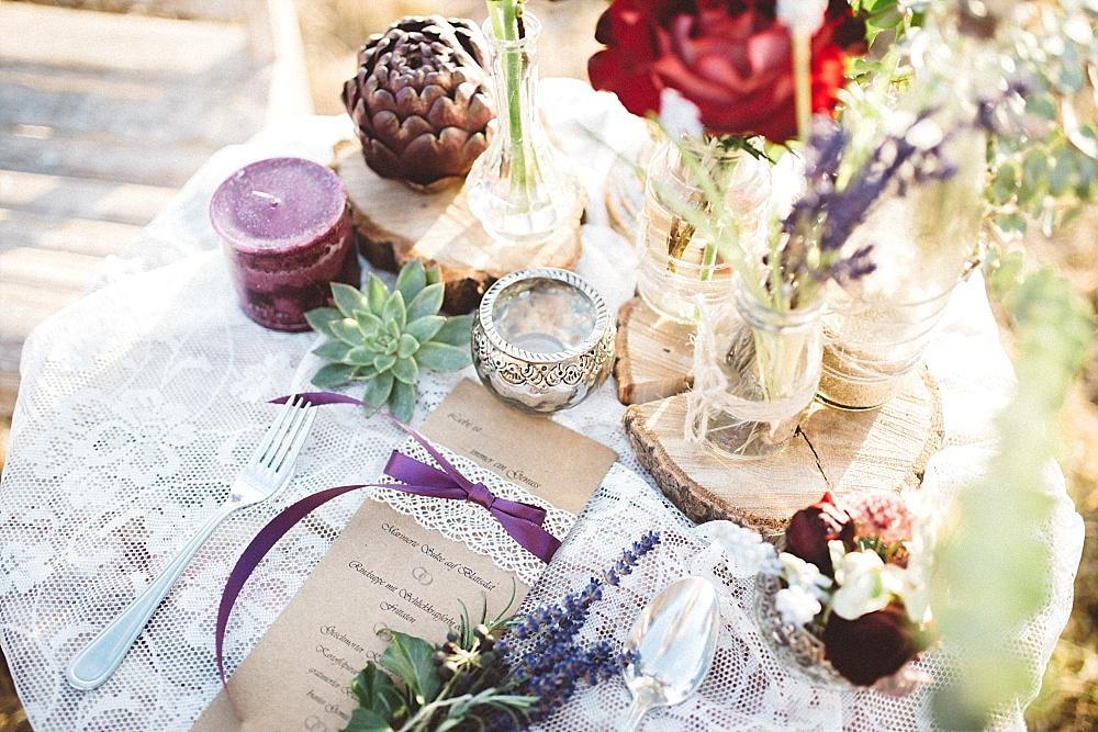 Natürliche Boho Hochzeit in rot und lila