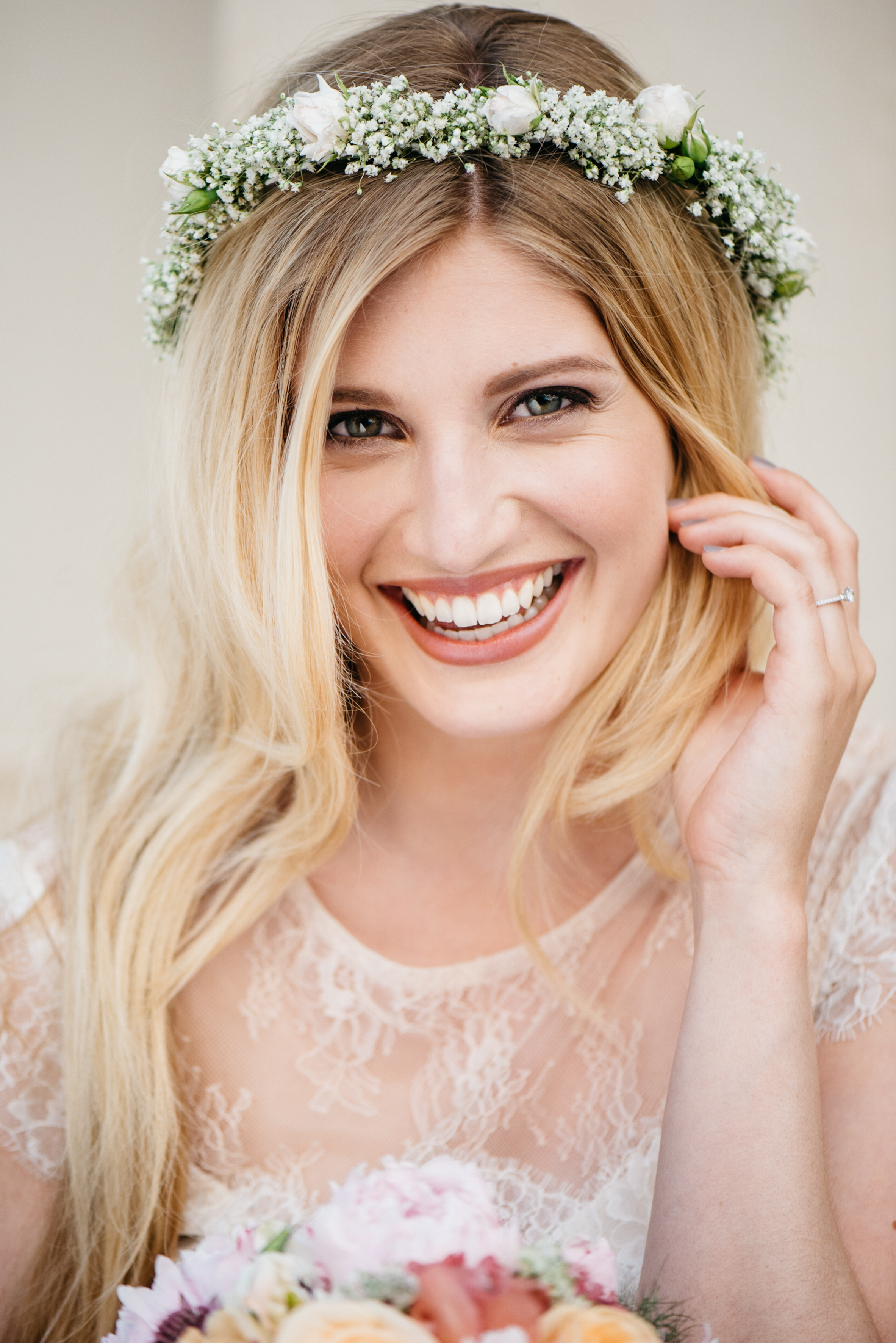 Brautfrisur Haare offen mit Blumenkranz