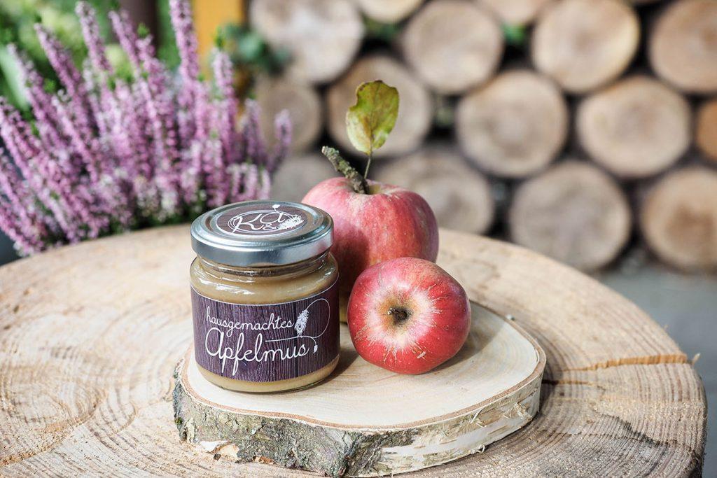 Herbstliches DIY mit Apfelmus als Gastgeschenk und Heideblüte