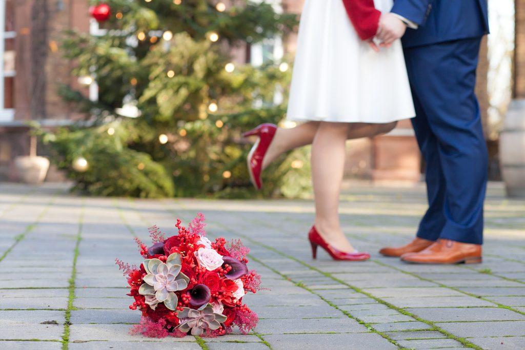 Weihnachtliche Winterhochzeit in Rot und Gold