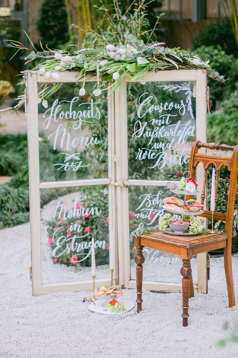 große Menükarte alte Fenster Hochzeit