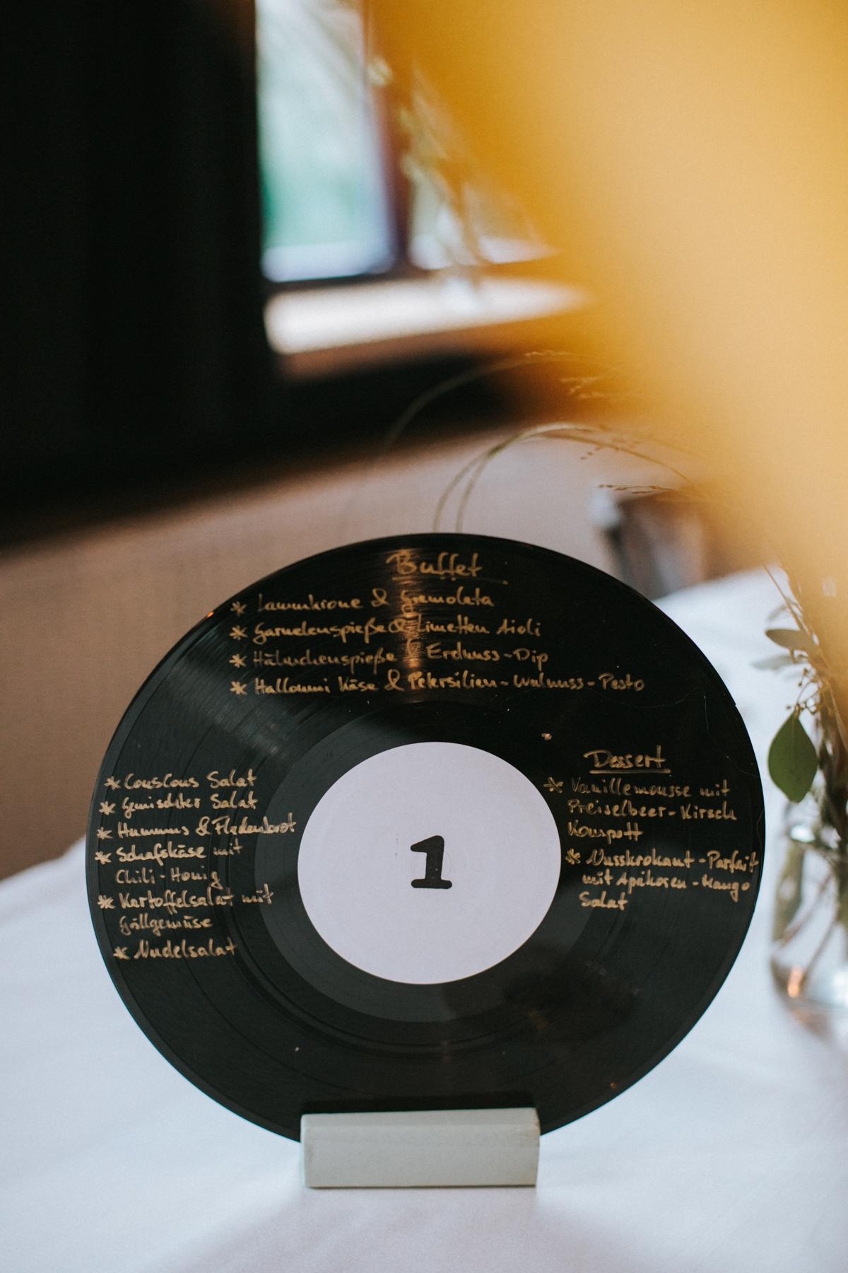 Menükarte auf Schallplatte beschriftet