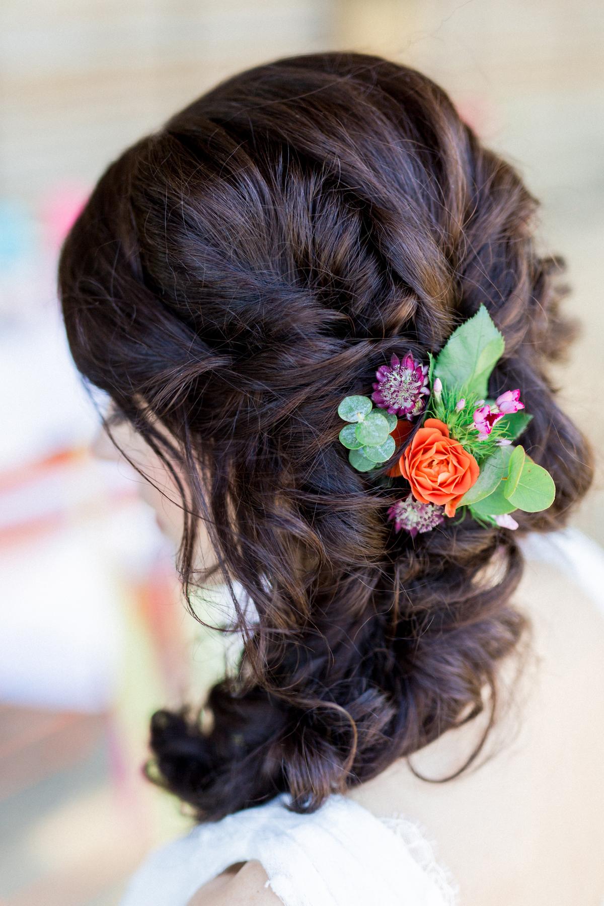 Frisur für Hochzeit lange Haare hochgesteckt mit Blumen