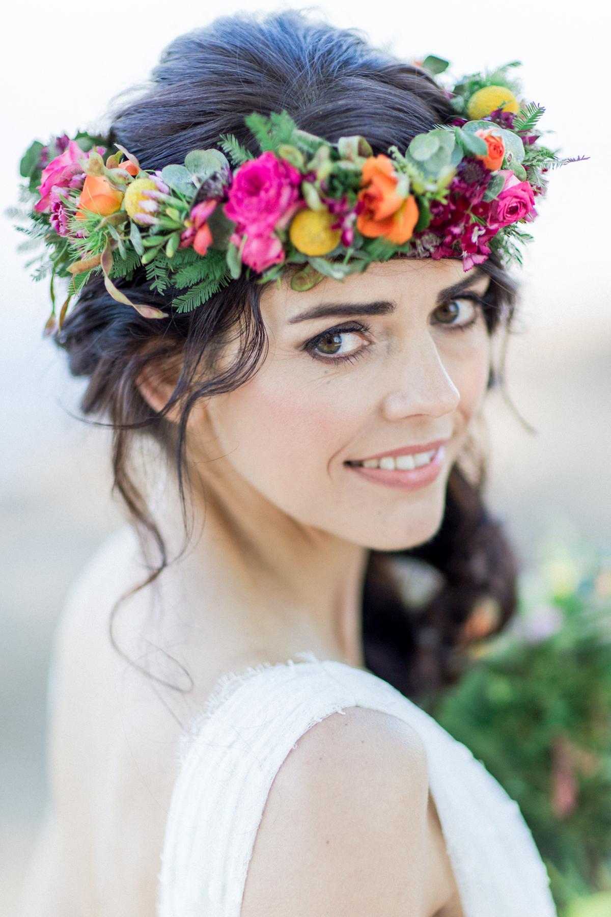 Brautfrisur lange Haare mit Blumenkranz