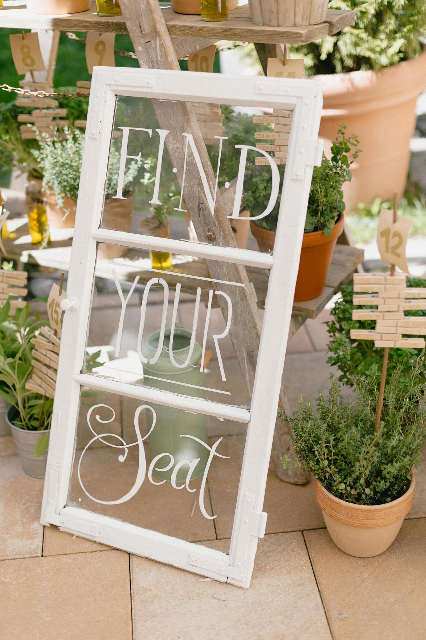 Sitzplan Hochzeit selber machen, Sitzplan auf Fensterscheibe und mit Blumentöpfen DIY