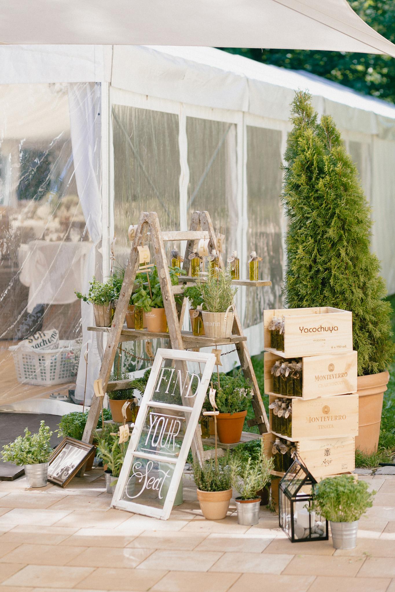 Sitzplan Hochzeit selber machen, Sitzplan Ideen Hochzeit DIY, Sitzplan für die Hochzeit mit Vintage Fenster und Kräutern
