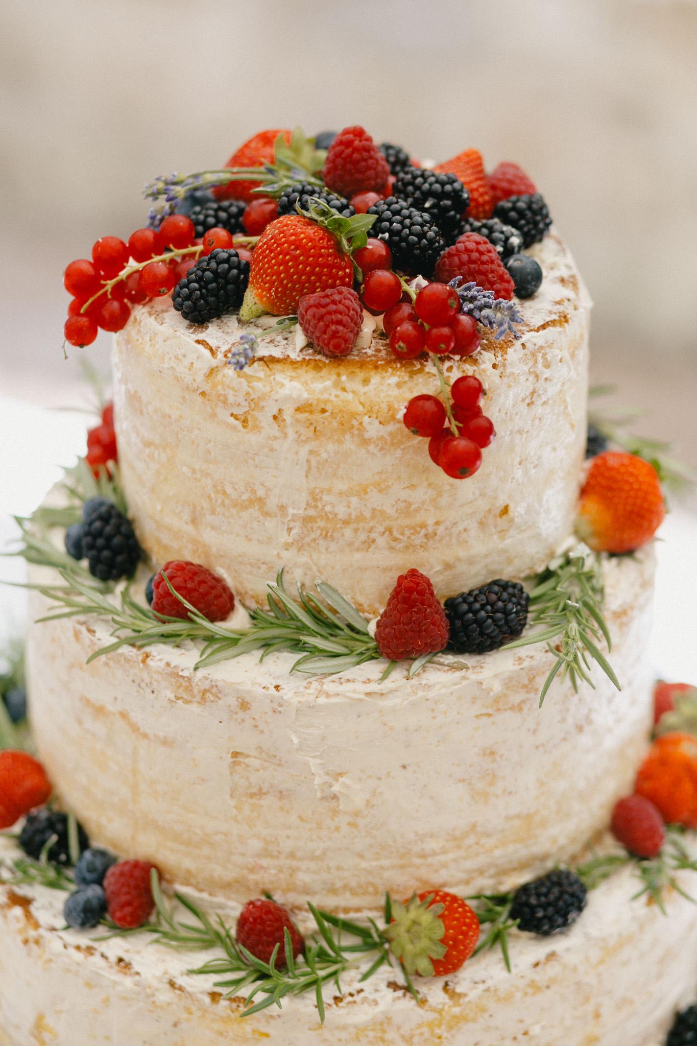 Hochzeitstorte mit Früchten Erdbeeren Brombeeren, Semi Naked Cake Hochzeit Erdbeeren