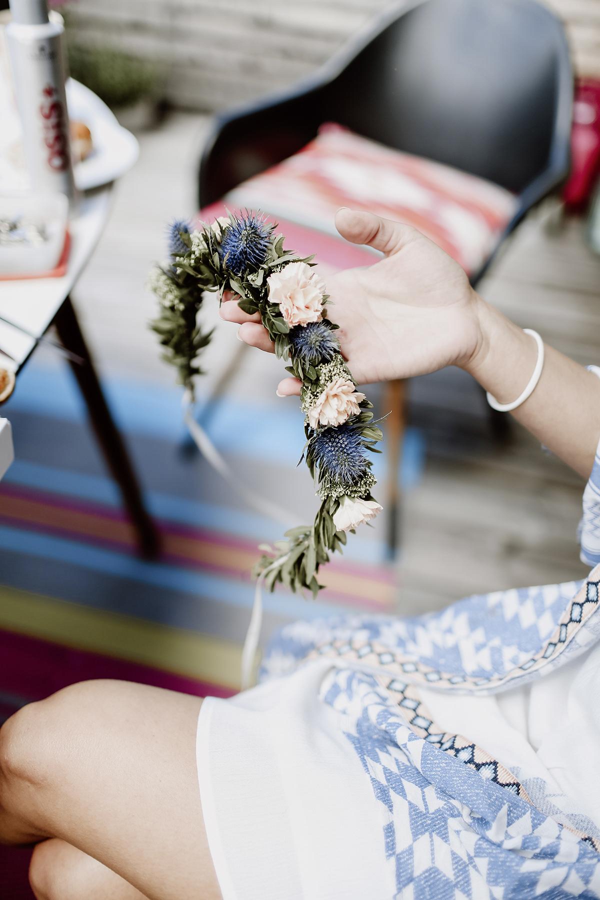 Blumenkranz Hochzeit blau rosa mit Disteln