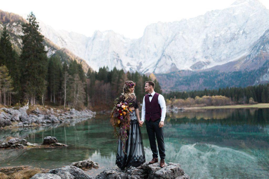 Inspirationen für eine Berghochzeit in Schwarz und Beere