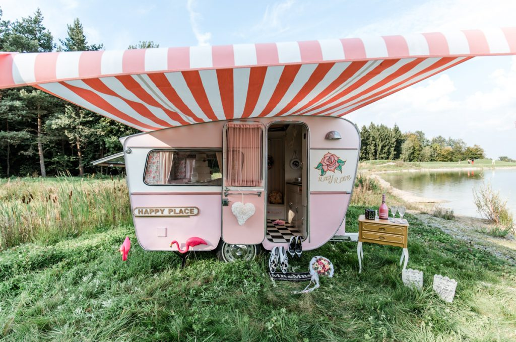 Bunte Rockabilly Hochzeit – Inspirationen mit Wohnwagen Rosy Rose