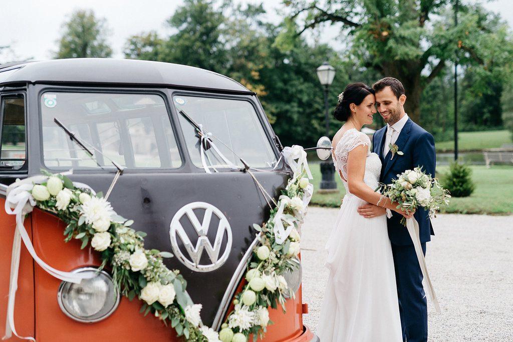 Mediterrane Greenery Hochzeit mit VW Bulli