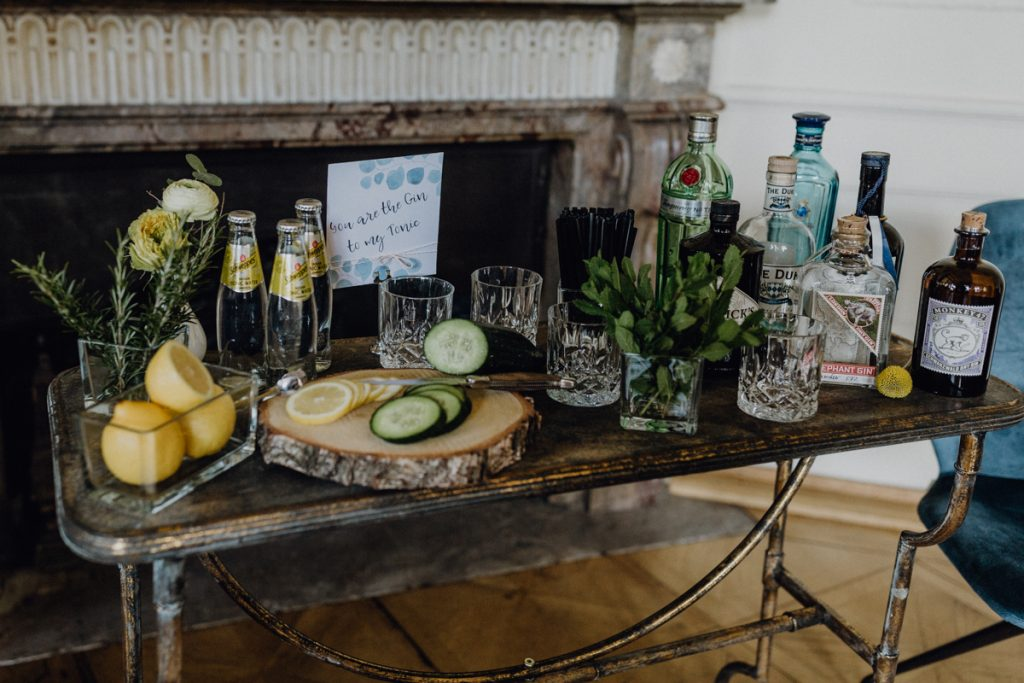 Urban heiraten in Blau und Gelb mit cooler Gin Bar
